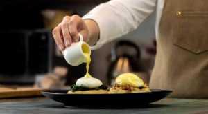 Hollandaise sauce with eggs Benedict & eggs Florentine